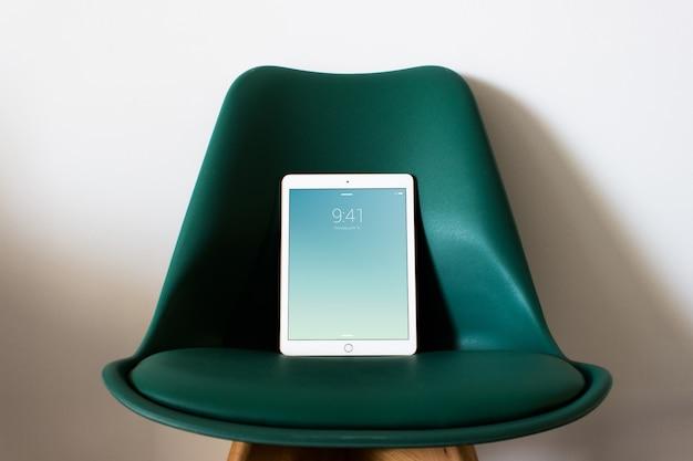 Tablet mockup escritório de negócios em casa
