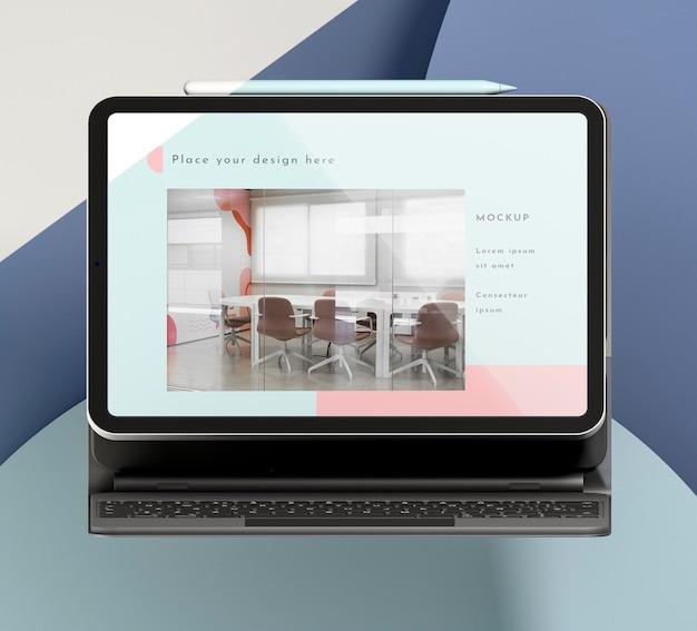 Tablet moderno com arranjo de teclado conectado