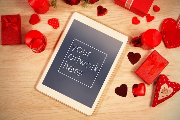 Tablet no meio de corações mockup