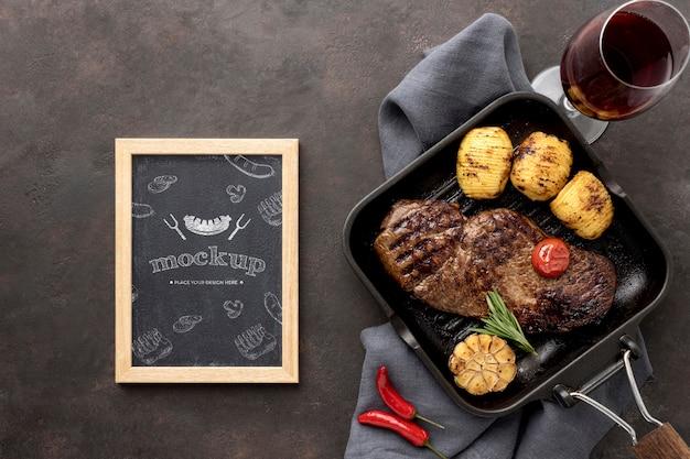 Tábua de madeira com carne grelhada na mesa