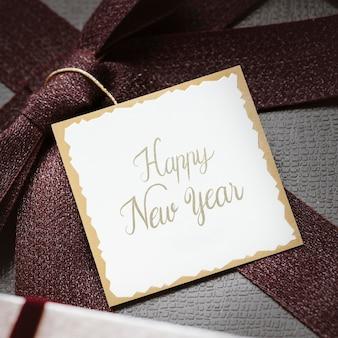 Tag de feliz ano novo em um presente