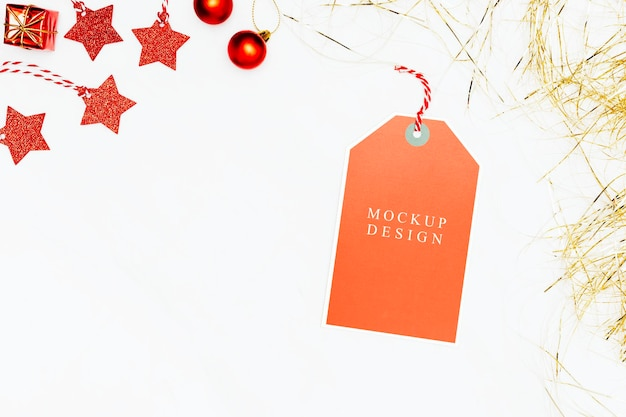 Tag festiva de laranja em maquete de fundo de mármore branco