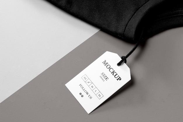 Tamanho da roupa maquete branca vista alta e toalha preta