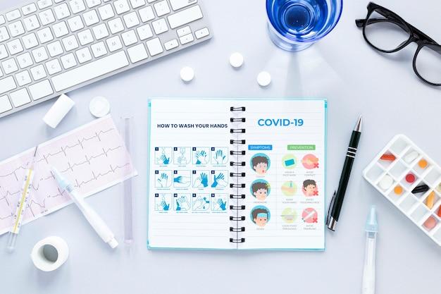 Teclado com notebook e pílulas