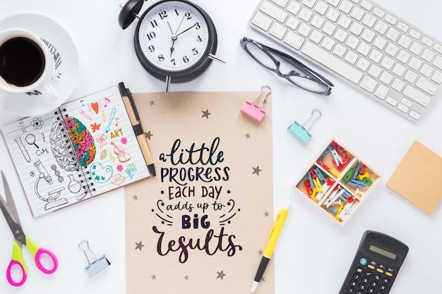 Teclado de relógio de café e mensagem motivacional de negócios