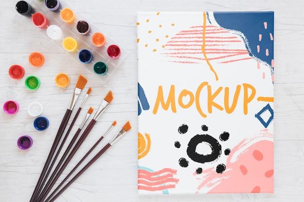 Tela colorida com maquete de tinta e pincéis