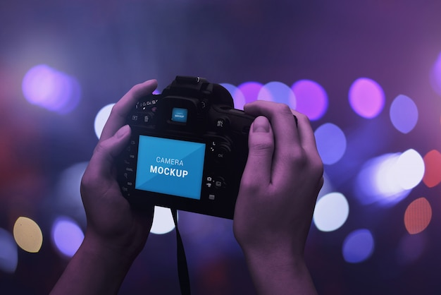 Tela da câmera dlsr e maquete do visor. bokeh, luzes no fundo. cena noturna