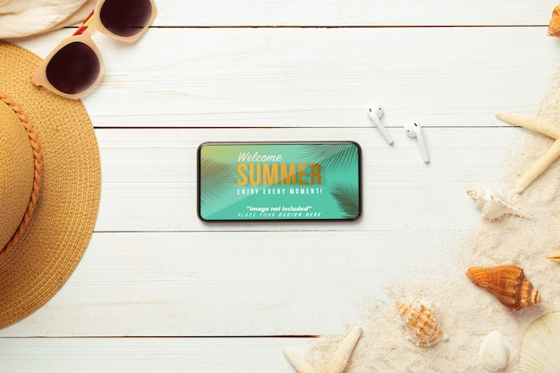 Tela de maquete de smartphone com acessórios de praia e fones de ouvido, vista superior