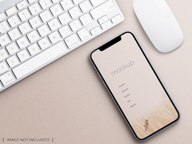 Tela do aplicativo do dispositivo smartphone com vista superior da maquete de apresentação do mouse e teclado isolada