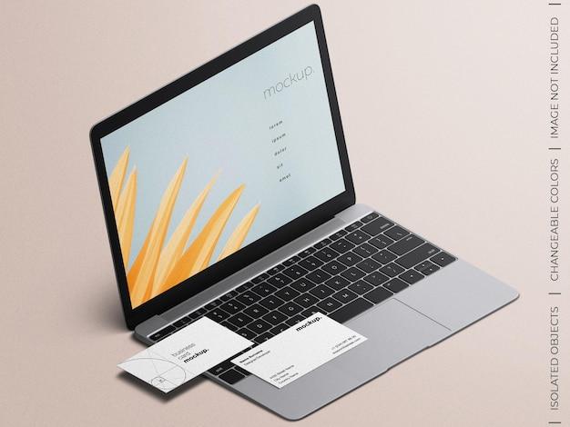 Tela do dispositivo laptop e vista isométrica da maquete do cartão de visita isolada