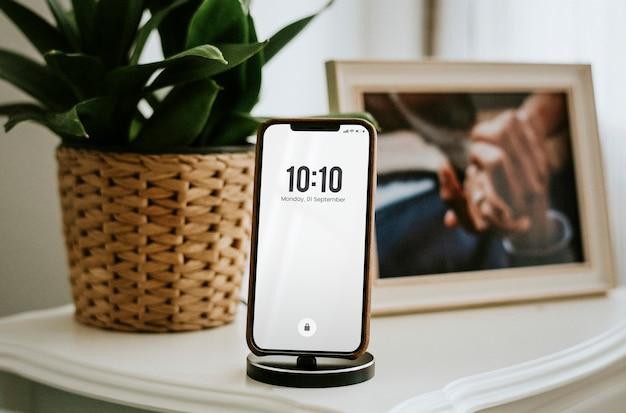 Telefone carregando na mesa de cabeceira