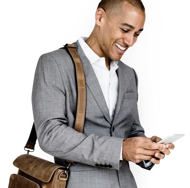 Telefone de homem de negócios de ascendência africana sorrindo