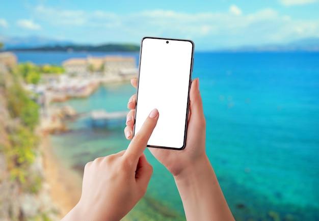 Telefone de viagem de verão nas mãos de meninas