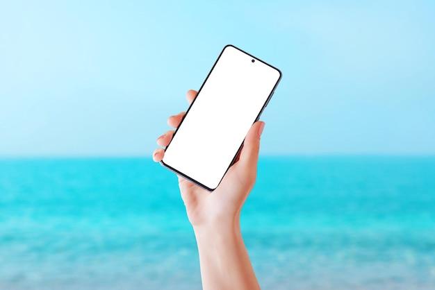 Telefone de viagens na praia de verão