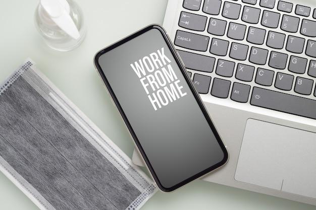 Telefone móvel para o trabalho em casa durante a pandemia de covid-19.