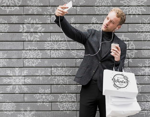 Tempo de selfie com homem bonito e compras