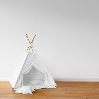 Tenda branca no chão de madeira