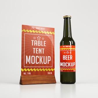 Tenda de mesa de vidro com suporte de madeira e garrafa de cerveja