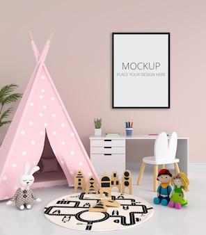 Tenda rosa e mesa no interior do quarto infantil
