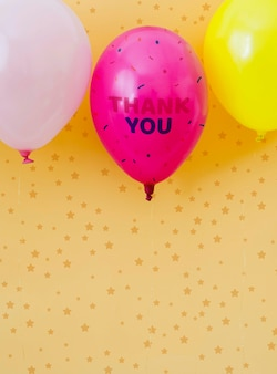 Texto de agradecimento em balões com espaço de cópia de confete