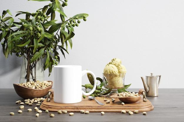 Tigela de bug e nozes de cerâmica na bandeja de madeira e planta