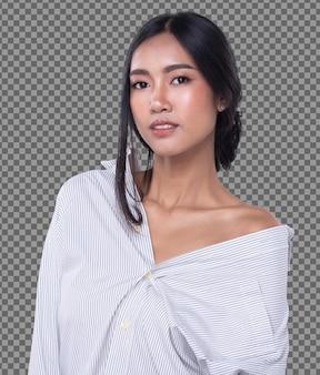 Tiro de rosto de meio corpo dos anos 20 mulher asiática com sorriso lindo com cabelo comprido preto de rosto de sorriso, isolado. garota de pele bronzeada olha para a câmera expressa se sentindo feliz, fundo branco do estúdio