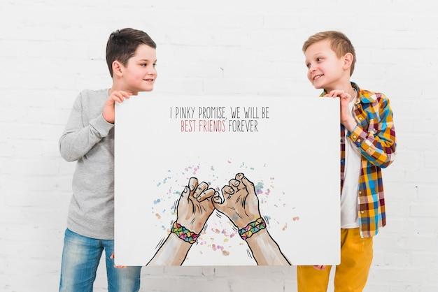 Tiro médio crianças felizes olhando uns aos outros