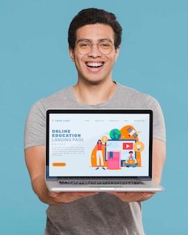 Tiro médio homem segurando laptop