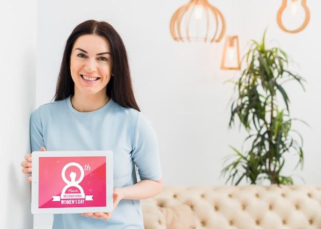 Tiro médio mulher sorridente com tablet