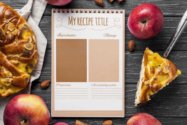 Torta de caderno e maçã na mesa