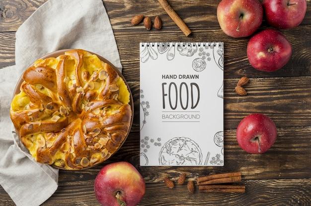 Torta de maçã na mesa