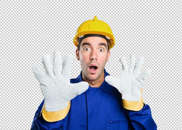 Trabalhador assustado no fundo branco