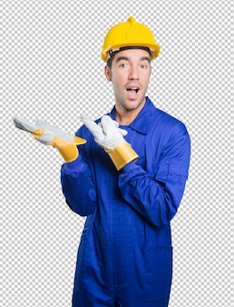 Trabalhador confiante com gesto de mostrar no fundo branco