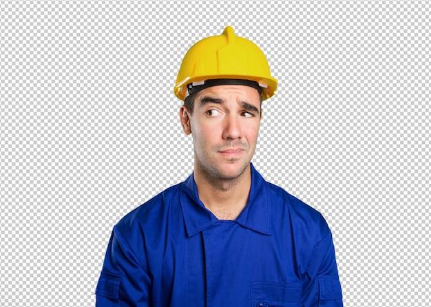 Trabalhador confiante olhando no fundo branco