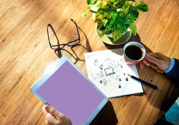 Trabalhador de escritório com conexão à internet e tablet conceito