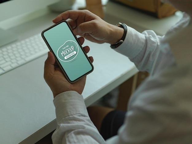Trabalhador de escritório usando maquete de smartphone