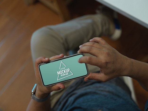 Trabalhador de escritório usando simulação de smartphone horizontal