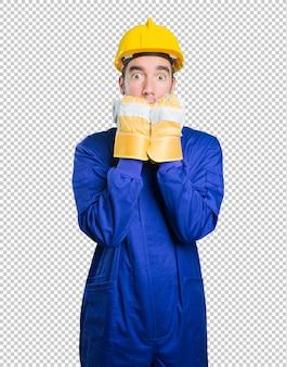 Trabalhador estressado em fundo branco