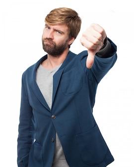 Trabalhador expressivo com polegares para baixo