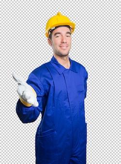 Trabalhador feliz acolhedor no fundo branco
