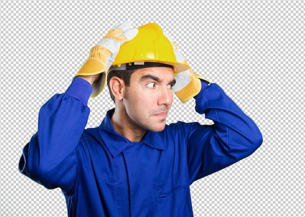 Trabalhador intrigado no fundo branco