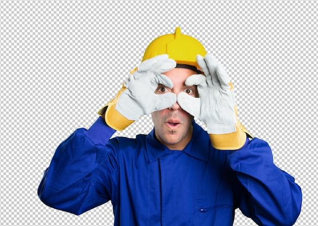Trabalhador surpreendido tentando procurar no fundo branco