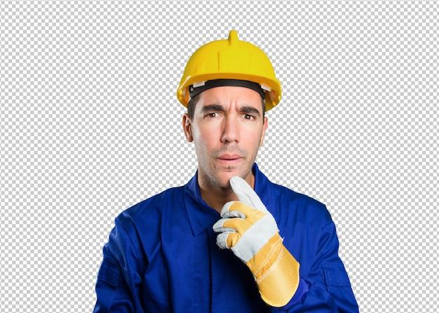 Trabalhador suspeito em fundo branco