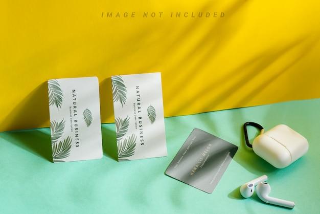 Três cartões de visita em fundo duotônico com sombras e fones de ouvido