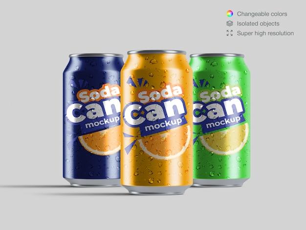 Três latas de refrigerante de alumínio vista frontal realista com modelo de maquete de gotas de água