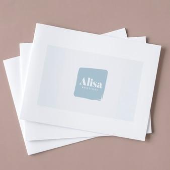 Três maquetes de brochura branca empilhados
