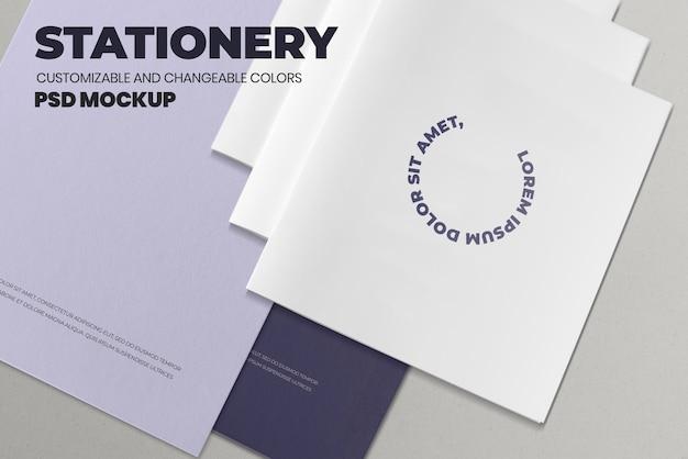 Três maquetes de brochuras brancas empilhadas