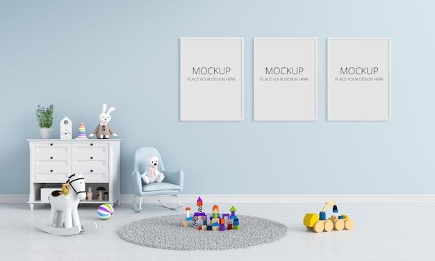 Três molduras para fotos em branco para maquete no quarto de crianças