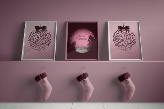 Três quadros com meias enganchadas debaixo da prateleira