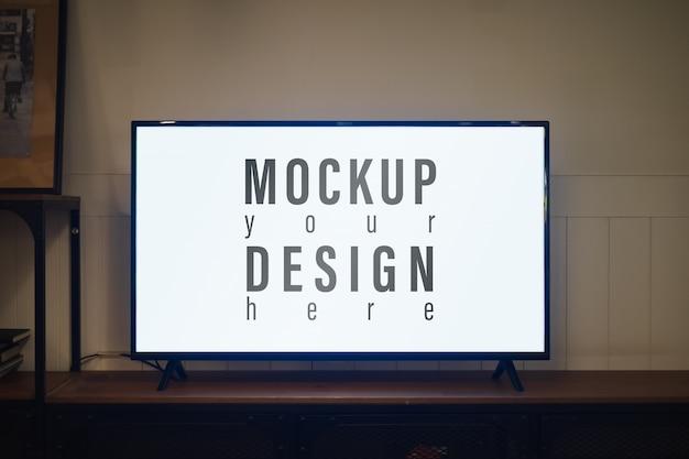 Tv com tela em branco e armário de prateleira à noite na sala de estar, mockup tela em branco led tv